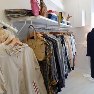 Estanterias con barras para tienda de ropa
