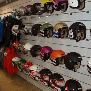 exposicion cascos sobre lama